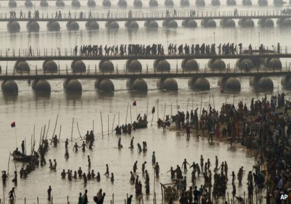 Forty thieves steal nearly half  of unused Yamuna river pontoon bridge