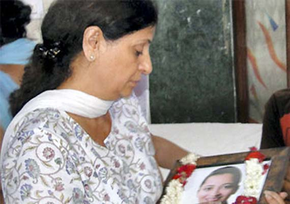 Air hostess Geetika's mother cremated, another note for son found
