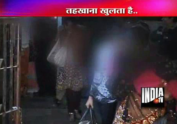 Mumbai Police Raids Bar, Arrests 14  Persons Including Six Girls