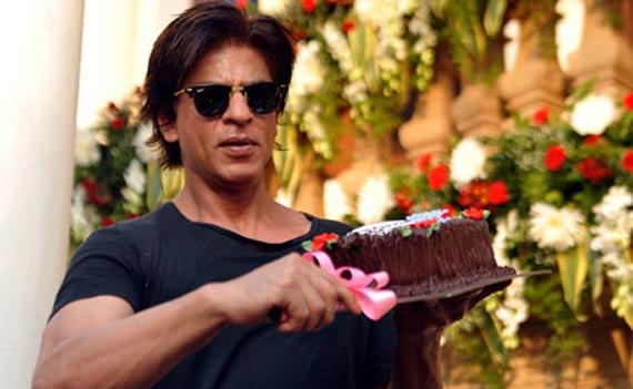 Cake Images Roshan : Gauri forces Shah Rukh and Aishwarya to cut the cake ...