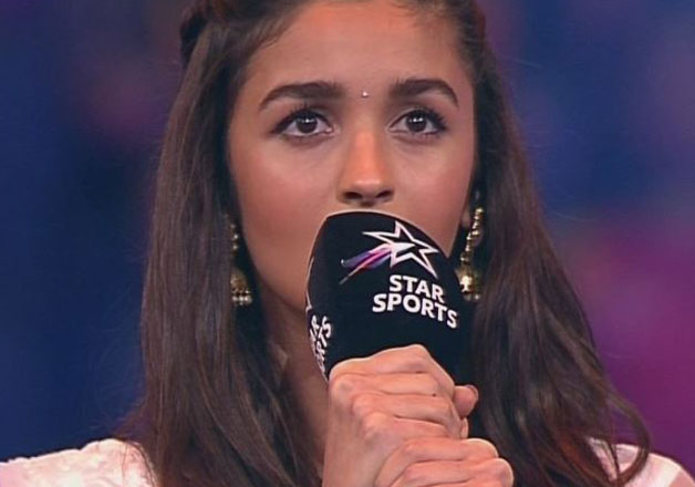 alia bhatt at the pro kabaddi league in mumbai singing national anthem