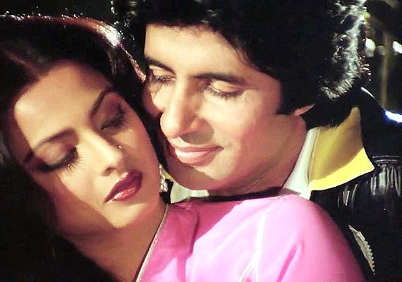 Rekha and amitabh bachchan 39 s most romantic scenes see for Nice romantic scenes