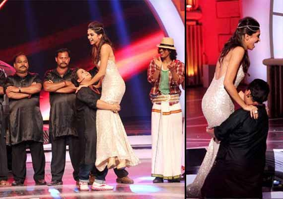 Zee Cine Awards 2014: Comedian Bharti lifts up Deepika Padukone (view pics)