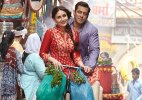 Salman gifts 'Bajrangi Bhaijaan' painting to Kareena