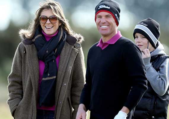 Shane Warne, Elizabeth Hurley kiss on golf course