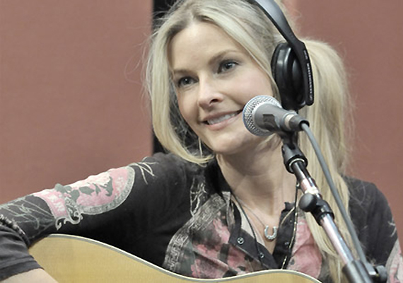 Singer Elizabeth Cook Gets AMA Nominations