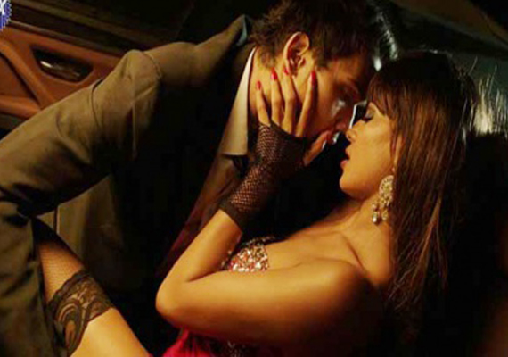 Veena Malik's steamy kissing scene in Drama Queen album