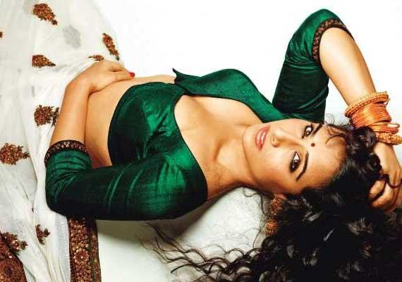 Vidya Wears Skimpy Clothes, Smokes, To Play Silk Smitha Role