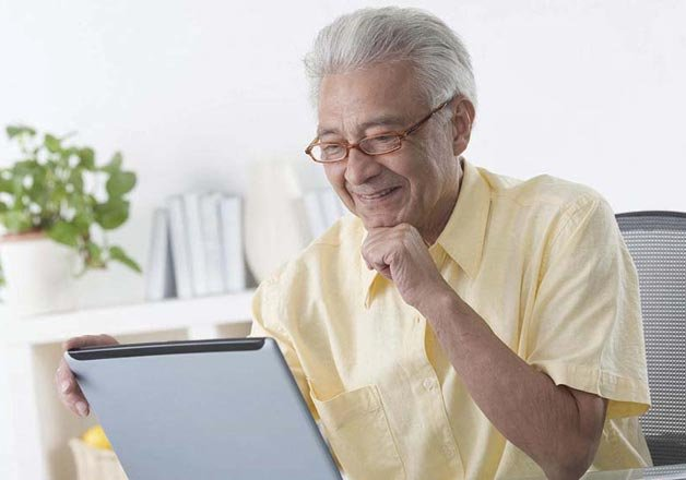 Elderly Using Facebook Facebook Helps Elderly