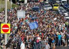 Refugees in Hungary start moving west on foot