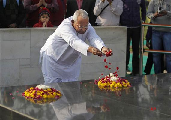 Anna Visits Rajghat Ahead Of His Day-Long Fast On Lokpal Issue