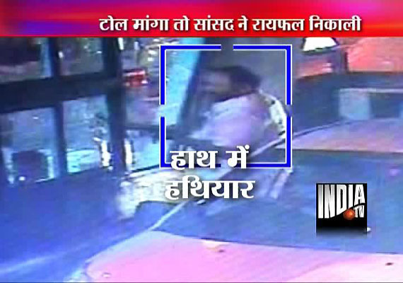 For Rs 50 toll, Congress MP  Radadiya brandishes rifle at toll staff in Gujarat for asking I-card