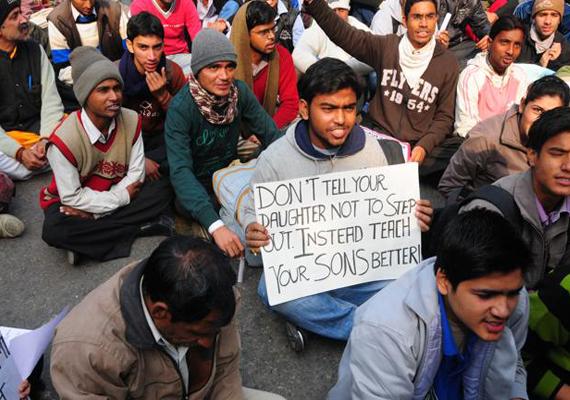 Delhi gangrape victim cremated, protests continue at Jantar Mantar