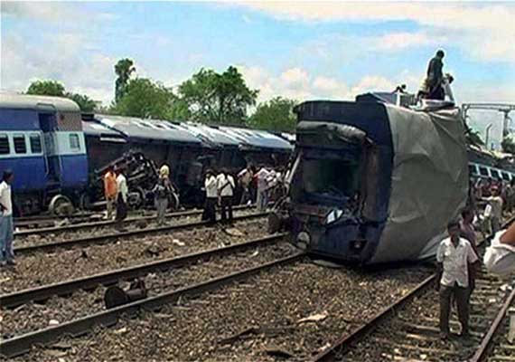 Durg India  city pictures gallery : Puri Durg Express collides with goods train, 3 wagons derailed