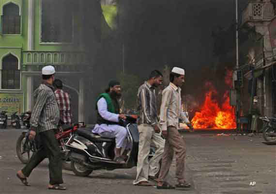 Six cars set on fire in old Hyderabad