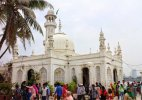 Maharashtra govt favours lifting ban on women at Haji Ali