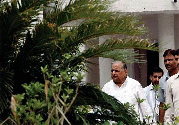 Mulayam's visit to Rashtrapati Bhavan sparks off speculations