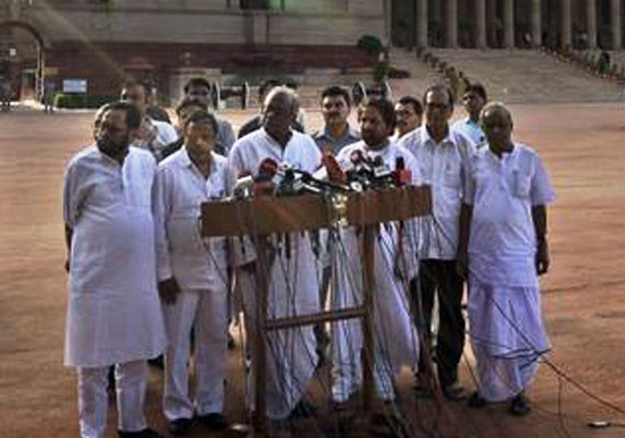 Trinamool to move resolution in Parliament against FDI