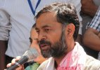 Yogendra Yadav fears personality cult projection in approaching Anna Hazare