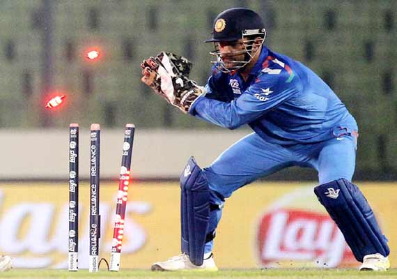 MS Dhoni is set to break another World Record in third ODI ... Ms Dhoni Wicket Keeping Diving