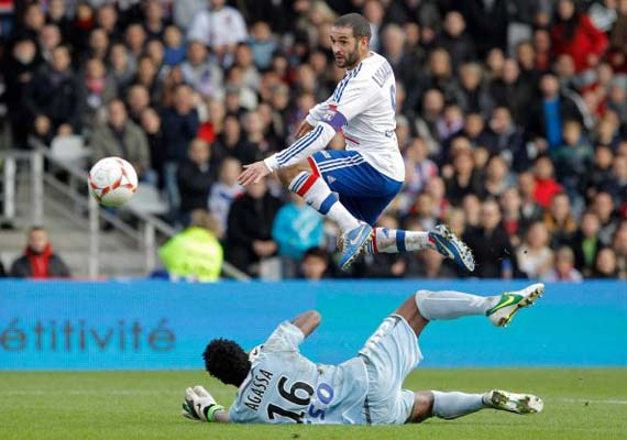 Lyon cruises to 3-0 win to go top; Marseille loses